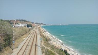 Tren mordiendo arena
